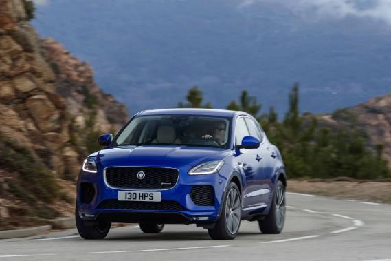 Lancé il y a deux ans, le F-Pace a permis à la marque anglaise de doubler sa production. L'E-Pace, plus compact, vient lui prêter main-forte. Commercialisé d'ici peu, ce modèle devrait rajeunir la clientèle et lui aussi avoir un fort impact sur les ventes de Jaguar dans le segment des VUS compacts de luxe, catégorie en pleine expansion. ()