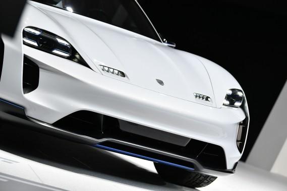 Le Porsche MissionE Cross Turismo --un nom ridiculement long-- est une version surélevée de la voiture concept MissionE présentée au salon de Francfort en 2015. (AFP)