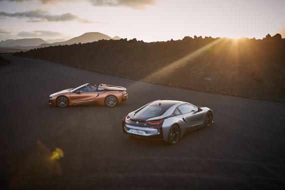 <strong>Nouveautés printemps-été 2018 -</strong> Coiffé d'une toile à commande électrique, le roadster BMW i8 offre --étonnamment-- un volume de chargement supérieur à celui de la version coupé. (photo BMW)