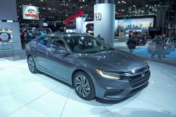 Le design de la Honda Insight est nettement moins excentrique que celui de sa concurrente la Toyota Prius. Cela plaira aux acheteurs d'hybrides ayant des goûts plus conventionnels. Ci-haut, l'Insight au Salon de l'auto de New York. (Photo Éric Lefrançois, La Presse)