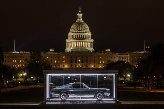 La voiture est exposée dans un abri de verre trempé illuminé durant la nuit. ()