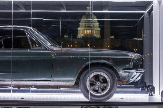 La voiture est exposée dans un abri transparent illuminé durant la nuit. ()