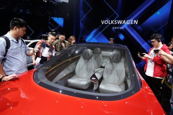 Des journalistes examinent le prototype électrique et autonome Volkswagen I.D. Concept mardi lors d'un événement de presse convoqué en préparation pour le Salon de l'auto de Pékin, qui ouvre ses portes demain. (Photo REUTERS)