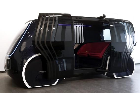 Le Volkswagen Sedric, un minibus sans conducteur, en montre au Centre Volkswagen du futur de Pékin, lors d'un événement de presse ce matin. (AP)