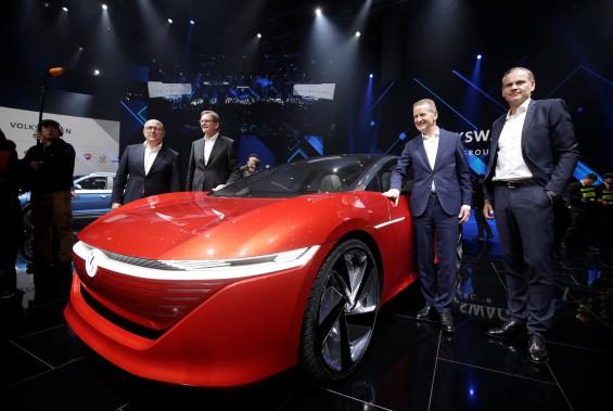Herbert Diess, le nouveau grand patron du Groupe Volkswagen (appuyé sur la voiture) lors d'un événement de presse mardi, en anticipation de l'ouverture du Salon de l'auto de Pékin. (REUTERS)