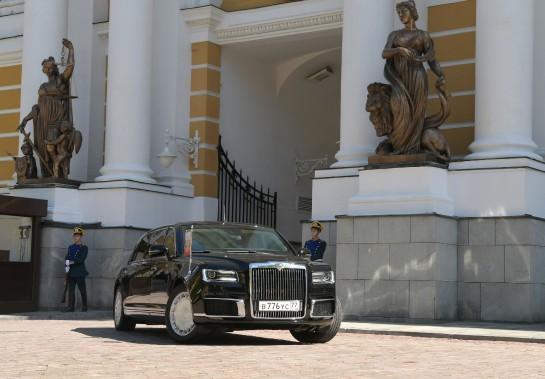 Le dévoilement de la limousine de Poutine est «le plus grand événement du secteur automobile des cinq dernières années», s'est enthousiasmée la chaîne de télévision Rossiïa 24. (AFP)