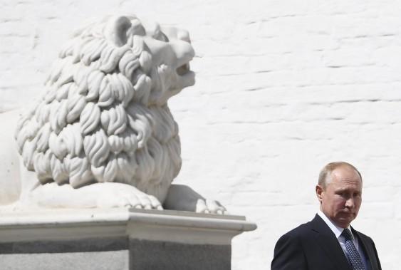Le président Vladimir Poutine en marche vers son investiture au Kremlin pour un quatrième mandat. (AP)