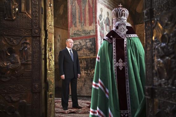 Le président russe Vladimir Poutine accueilli pour une messe par le Patriache orthodoxe russe Krill (à d.), dans la cathédrale de l'Annonciation, au Kremlin, après la cérémonie d'inauguration. i (Photo Agence Spoutnik, via AP)