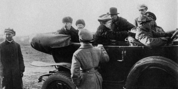 Lénine et son épouse dans sa Rolls-Royce. La voiture était l'ancienne voiture de service du Tsar Nicolas II. ()