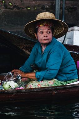 Une marchande de fruits et légumes observe le défilé des embarcations avec un mélange de curiosité et de lassitude. (Photo Christelle Tanielian, collaboration spéciale)