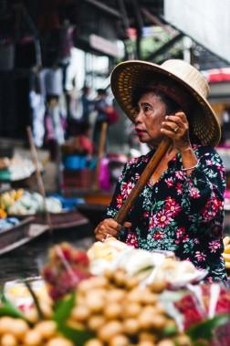 Si ce sont souvent les hommes qui conduisent les embarcations de touristes. Les femmes, elles, sont omniprésentes pour cuisiner et vendre la nourriture. (Photo Christelle Tanielian, collaboration spéciale)