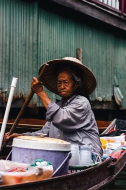 Des vendeuses de tous les âges se croisent aux marchés flottants. (Photo Christelle Tanielian, collaboration spéciale)