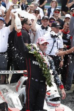 La tradition veut que le vainqueur des 500 milles d'Indianapolis célèbre en buvant du lait. Le pilote australien Will Power a ajouté une touche personnelle s'aspergeant du blanc liquide et en éclaboussant tout le monde aux alentours. (USA TODAY Sports)