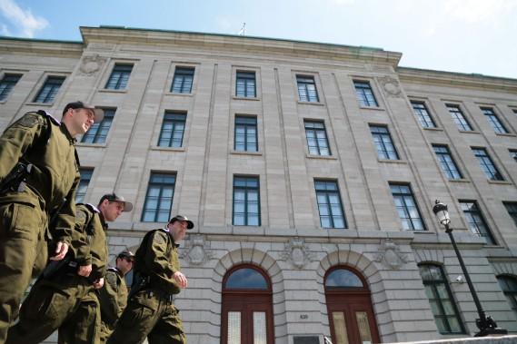 Une petite équipe de tireurs d'élite de la Police de Québec est aussi arrivée sur place et doit s'installer sur le toit de l'immeuble. (PHOTO MARTIN TREMBLAY, LA PRESSE)