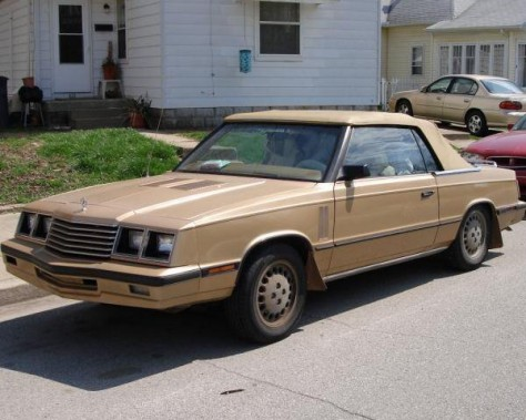 <strong>Sa première voiture -</strong> Une Dodge 600 1984 surnommée <em>Le Boat, </em>payée 400 $ en 1994. (Photo Wikipédia)