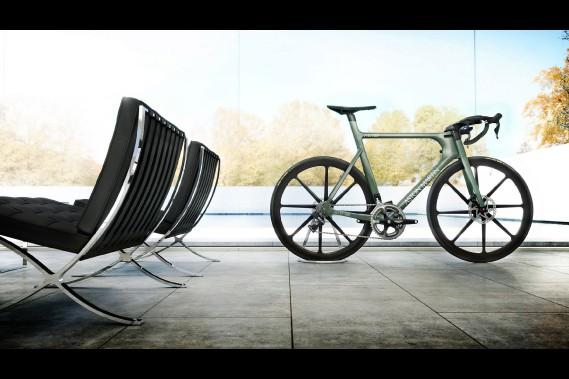 <strong>Aston Martin One-77 -</strong> La marque britannique a demandé à sa compatriote sur deux roues Factor Bikes de concevoir un vélo en hommage à une voiture très spectaculaire vendue à 77 exemplaires, entre 2008 et 2012. (Photo Aston Martin)