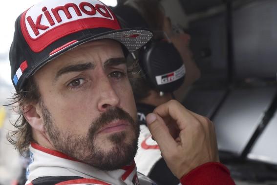 L'espagnol Fernando Alonso veut gagner la Triple Couronne, soit être le vainqueur des 24 Heures du Mans, du GP de Monaco et des 500 milles d'Indianapolis. Il a remporté le GP de Monaco deux fois et était bien placé à Indy quand il a dû abandonner l'en dernier. Il tentera de gagner au Mans samedi prochain. On le voit ci-haut lors des essais. (AFP)