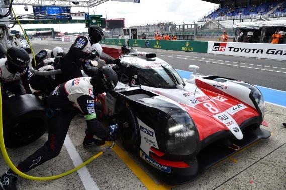 La TS050 Hybride No 8 de Fernando Alonso, lors d'un avitaillement aux puits Toyota, lors des essais du 3 juin dernier au Mans. (AFP)