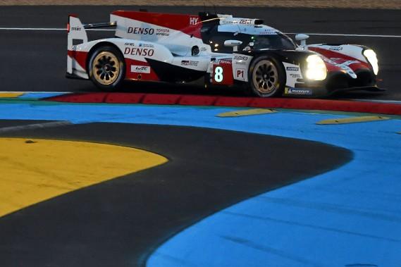 Le pilote japonais Kazuki Nakajima enfile sa Toyota TS050 Hybride N<sup>o</sup> 8 dans un virage sur le circuit de la Sarthe, lors des qualifications des 24 Heures du Mans. Nakajima --coéquipier de l'Espagnol Fernando Alonso et du Suisse Sébastien Buemi-- a inscrit le meilleur chrono. C'est le JaponaisKamui Kobayashi, un des copilotes de la Toyota N<sup>o</sup> 7, qui a inscrit le deuxième meilleur temps. Les deux voitures partiront les premières... (photo AFP)