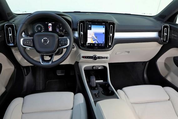 Volvo sait, mieux que ses concurrents, comment intégrer harmonieusement l'incontournable écran d'infodivertissement au très traditionnel tableau de bord. (La Presse)