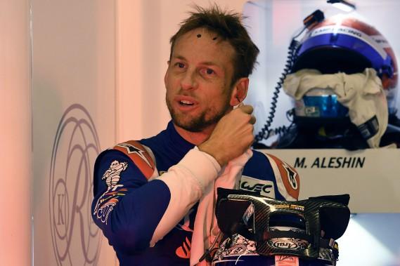 Le pilote britannique Jenson Button, de l'écurie russe BR Engineering. L'ancien pilote de F1 --champion du monde en 2009-- participe aujourd'hui et dimanche aux 24 Heures du Mans. On le voit ci-haut après les essais libres du 3 juin dernier. (photo AFP)