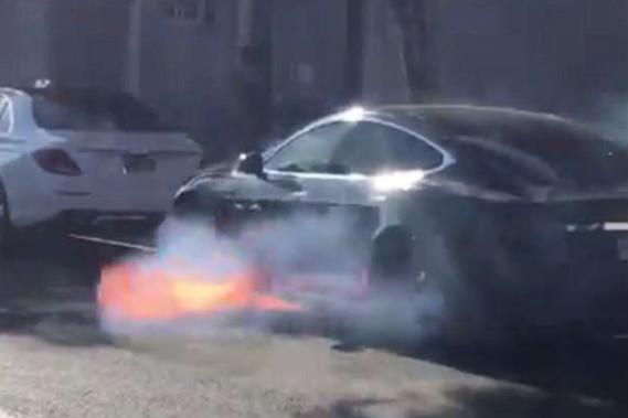 La Tesla du metteur en scène Michael Morris a flambé sur le boulevard Santa Monica. La vidéo mise en ligne par son épouse l'actrice Mary McCormack a beaucoup de succès sur les médias sociaux. (photo compte twitter de Mary McCormack)