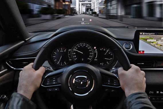 <strong>Mazda -</strong> Si on fait abstraction d'un essai à bord de la 240SX de Nissan durant les années 90, Mazda a été la première marque grand public à adopter massivement l'affichage tête haute en Amérique du Nord, à partir de 2016. Cette année, cette technologie appelée Active Driving Display par Mazda figure au catalogue de la plupart des modèles de sa gamme, y compris ses VUS et son roadster MX-5. (Photo Mazda)