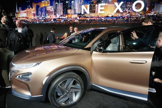 Hyundai et Audi s'allient pour développer des voitures à hydrogène. Hyundai a présenté la Nexo, une voiture à hydrogène, lors du dernier Consumer Electronics Show de Las Vegas, le 18 janvier 2018. (photo AFP)