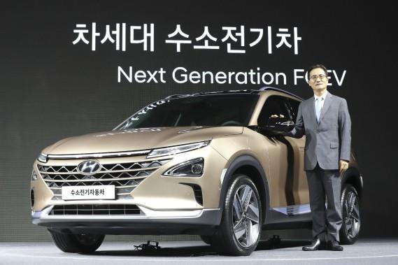 Le premier vice-président de Hyundai, Lee Kwang-guk pose avec le prototype Nexo à hydrogène lors de son dévoilement à Séoul, en Corée du Sud, le 17 août 2017. Le Nexo est censé avoir une autonomie de 580 km. (AP)