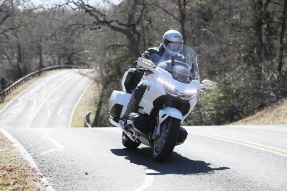 Nombreuses sont les marques qui, depuis le lancement de la Honda Gold Wing en 1975, ont essayé d'imiter son concept de confort à outrance sur deux roues. Mais aucune n'y est arrivée. Ci-haut, notre essayeur Bertrand Gahel sur la Gold Wing Tour près d'Austin, au Texas. (PhotoBrian J. Nelson/Kevin Wing)