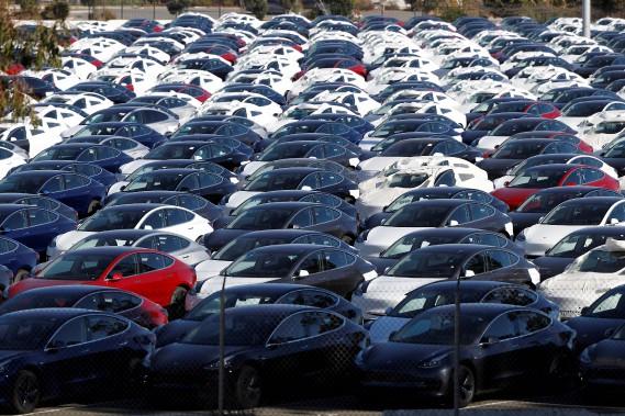 Des Tesla --en majorité des Modèle 3-- attendant l'expédition dans un stationnement à Richmond, en Californie le 22 juin 2018. (photo REUTERS)