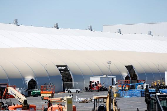 Tesla a érigé une nouvelle chaîne d'assemblage sous un chapiteau (surnommé «la tente») à l'extérieur de son usine à Fremont, en Californie. (REUTERS)