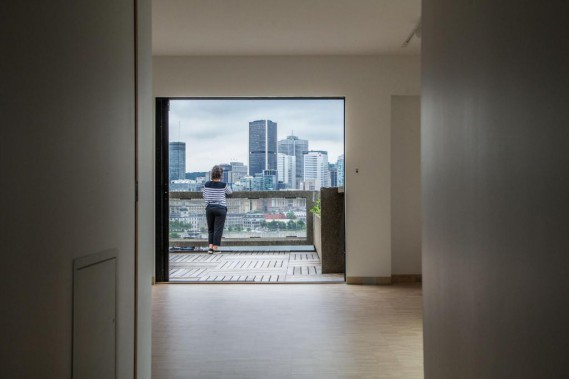 L'architecte d'Habitat 67, Moshe Safdie, possède toujours un appartement dans le complexe. L'intérieur du logement vient d'être rénové pour être remis à l'était d'origine, jusque dans les moindres détails. De l'une des trois terrasses, on reconnaît la vue sur Montréal qui a notamment fait la renommée d'Habitat. (Photo Martin Tremblay, La Presse)