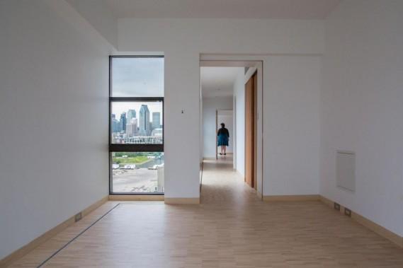 Si le complexe Habitat est classé monument historique de l'extérieur seulement, l'intérieur de cet appartement est le seul qui fait également l'objet d'une protection patrimoniale. On y retrouve ce qui faisait les caractéristiques des logements d'Habitat 67:les lattes de la parqueterie disposées l'une sur l'autre, la démarcation de la grille où sont dissimulés le chauffage et la climatisation, ainsi que les immenses fenêtres qui cadrent des vues plongeantes sur le... (Photo Martin Tremblay, La Presse)