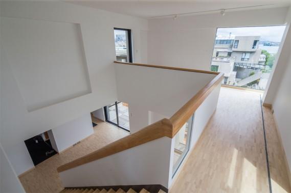 L'appartement compte quatre cubes disposés sur deux niveaux. À l'époque, il s'agissait du plus grand appartement du complexe. Moshe Safdie y a vécu avec sa famille aux tout débuts d'Habitat, mais il cherche aujourd'hui à le léguer à une entité publique (c'est d'ailleurs pourquoi il n'est pas encore meublé). (Photo Martin Tremblay, La Presse)
