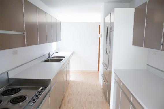 La cuisine d'origine a été reconstituée, incluant le poêle d'époque. Au moment de la construction, l'entreprise Frigidaire avait collaboré avec l'architecte pour développer les cuisines modulaires, un concept novateur à l'époque. (Photo Martin Tremblay, La Presse)