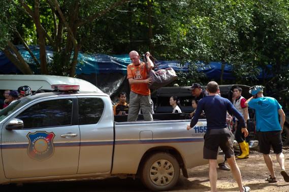 Le spéléologue Vernon Unsworth (au centre) s'apprête à descendre d'un pickup près de la grotte Tham Luang, le 5 juillet, durant l'opération de sauvetage à laquelle il a participé. Unsworth, qui vit en Thaïlande durant la moitié de l'année, a dessiné la quasi-totalité de la carte de la grotte, a dit le plongeur danois Claus Rasmussen. (REUTERS)