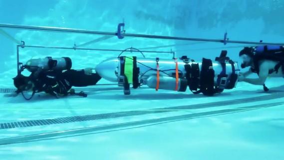 Le tube de sauvetage développé par deux compagnies d'Elon Musk, durant un essai en piscine à Los Angeles. Vernon Unsworth avait qualifié ce mini-submersible de «coup de pub» n'ayant aucune chance de fonctionner. Puis, alors qu'il était invité à CNN, il avait invité Musk à se le «mettre là où ça fait mal». (REUTERS)