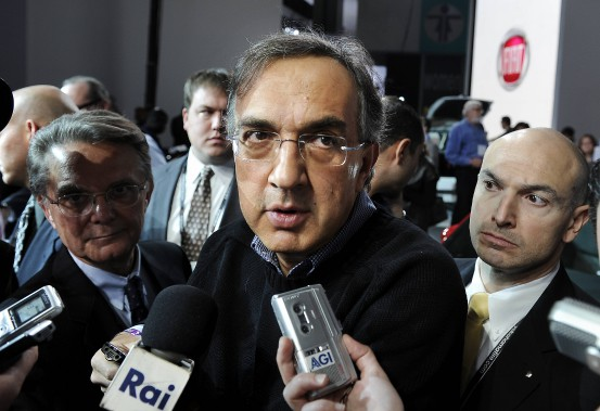 Sergio Marchionne répondant aux questions des journalistes le 17 novembre 2010 lors du lancement nord-américain de la Fiat 500 au Salon de l'auto de Los Angeles. (AFP)