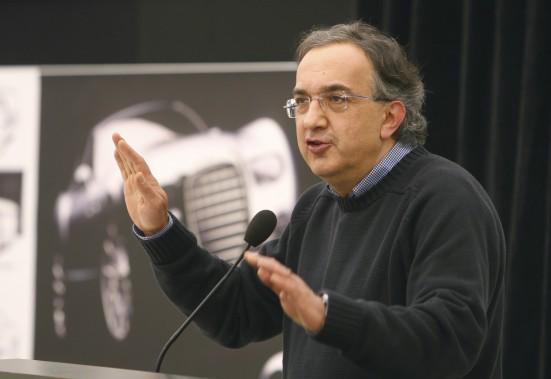 Sergio Marchionne lors d'une conférence de presse après la reprise de Chrysler par Fiat, le 4 novembre 2009 au siège social de Chrysler à Auburn Hills, au Michigan. (AP)
