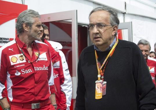 Sergio Marchionne au sortir du garage Ferrari en compagnie du directeur général de la Scuderia Maurizio Arrivabene, au circuit Gilles-Villeneuve le 7 juin 2015 au GP du Canada. (Presse Canadienne)