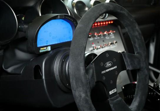 L'équipement de série est assez spartiate. On reconnait un volant de course Sparco. ()