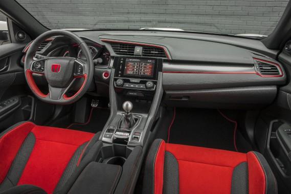 Les sièges avant de la Type R, très soutenants et drapés d'un élégant tissu rouge, soignent le confort. ()