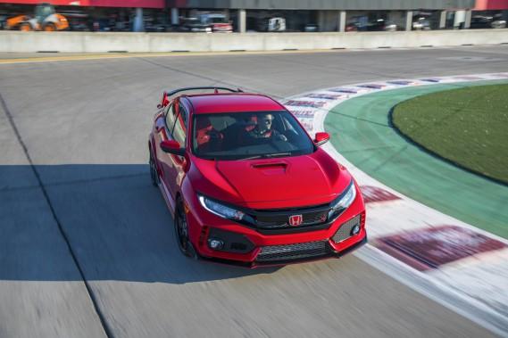 L'amortissement adaptatif compense en outre les flancs très minces des pneus, ce qui rend le roulement étonnamment confortable. ()