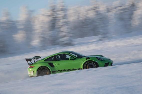 C'est loin d'être l'idéal, mais la 911 GT3 RS ne craint pas la neige, pour peu qu'elle soit maniée par des mains expérimentées. (.)