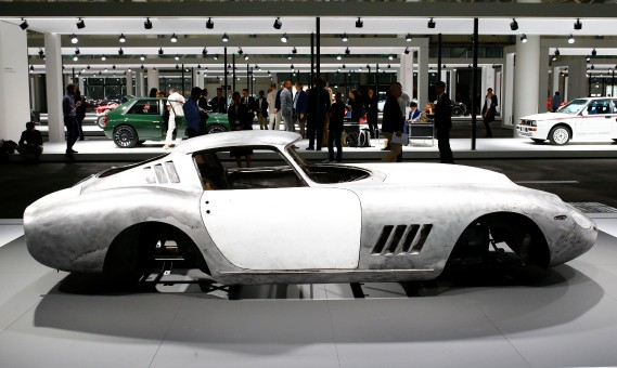 Tesla n'est pas le seul exposant à avoir montré seulement une partie d'une voiture au Salon de l'auto Grand Basel. La carrosserie d'une Ferrari 275 GTB 1966 est aussi exposée. (REUTERS)