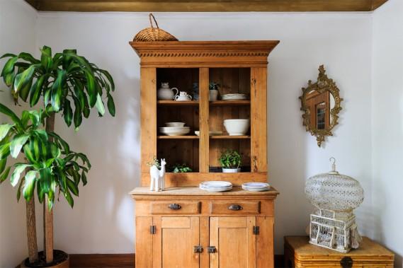 La volière à côté du vaisselier en érable d'époque daterait du XIXe siècle. (Photo Edouard Plante-Fréchette, La Presse)