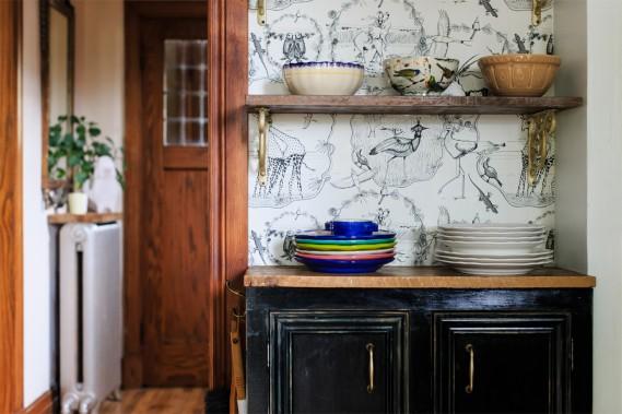 Une tapisserie signée Florence Balducci sur un mur de la cuisine. L'étagère a été fabriquée avec une planche de grange. Les armoires ont une teinte nuancée de vert et de noir. (Photo Edouard Plante-Fréchette, La Presse)