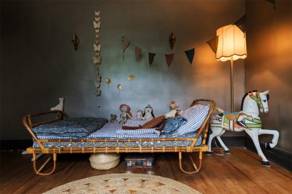 Lit <em>vintage</em>et cheval de bois en guise de pied de lampe meublent la chambre de Charlie-Rose. (Photo Edouard Plante-Fréchette, La Presse)