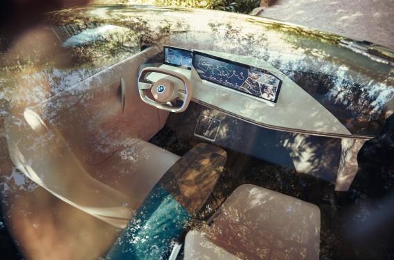 Toutes les commandes tactiles à l'intérieur du Vision iNext peuvent être remplacées par des commandes verbales. Il suffit de précéder ses ses ordres en disant «Hé BMW !». ()
